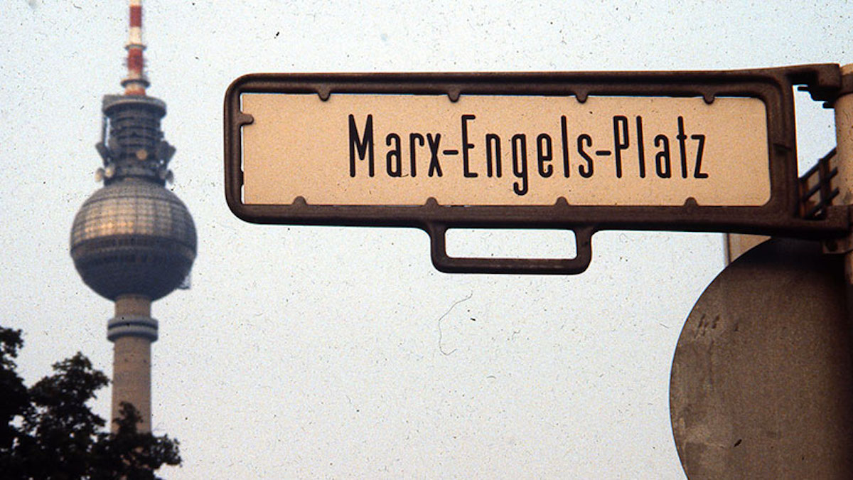 Kommunismi-East_Berlin_street_sign_for_Marx-Engels-Platz_and_television_tower_1984-US communist party site-FB